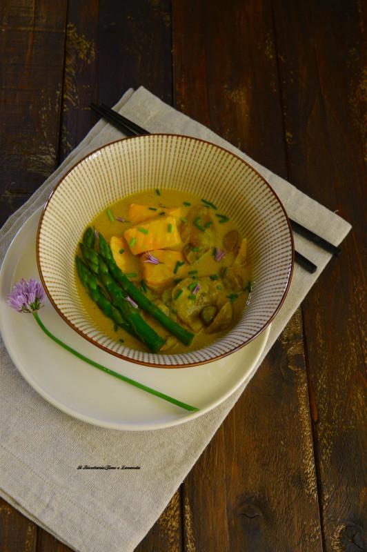 Zuppa thai con salmone