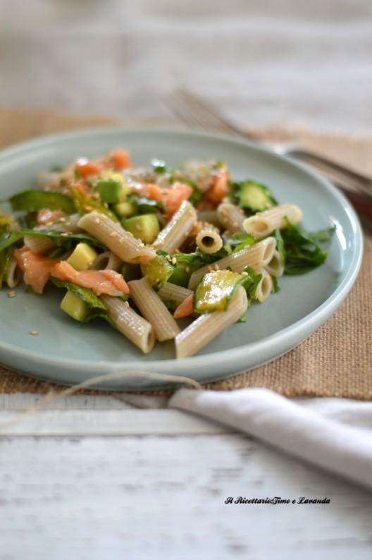 Pasta di riso con zucchine, salmone e avocado