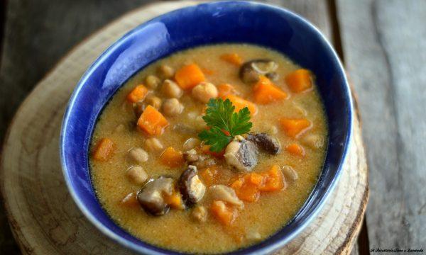 Zuppa invernale con zucca, ceci, castagne e funghi