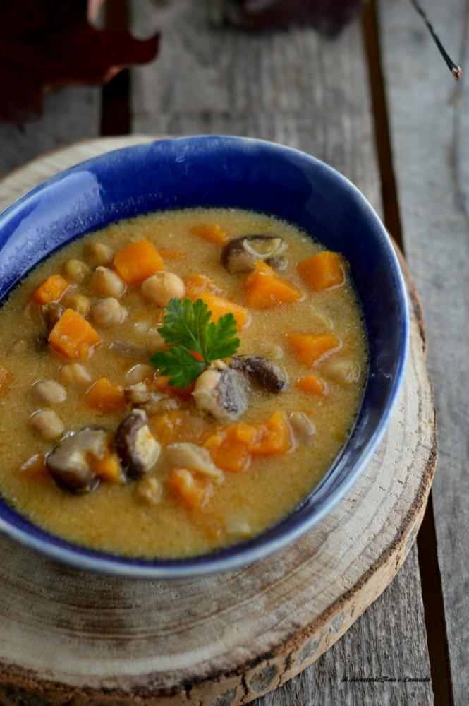 Zuppa autunnale con zucca, ceci, castagne e funghi