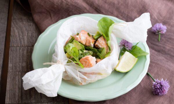 Salmone al cartoccio con asparagi e avocado