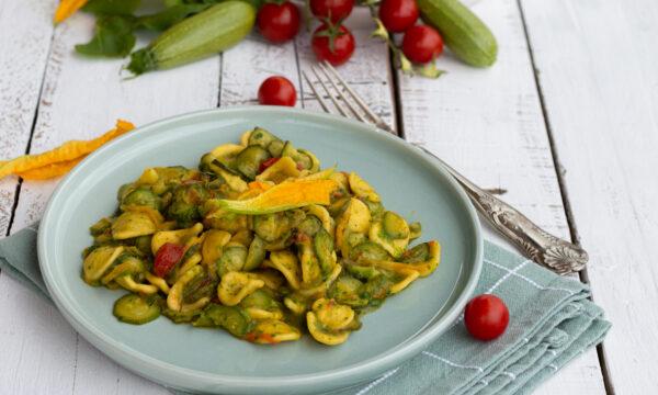 Orecchiette alle zucchine con pesto di rucola e avocado