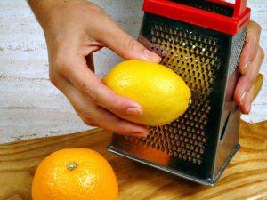 Come grattuggiare il limone e lo zenzero