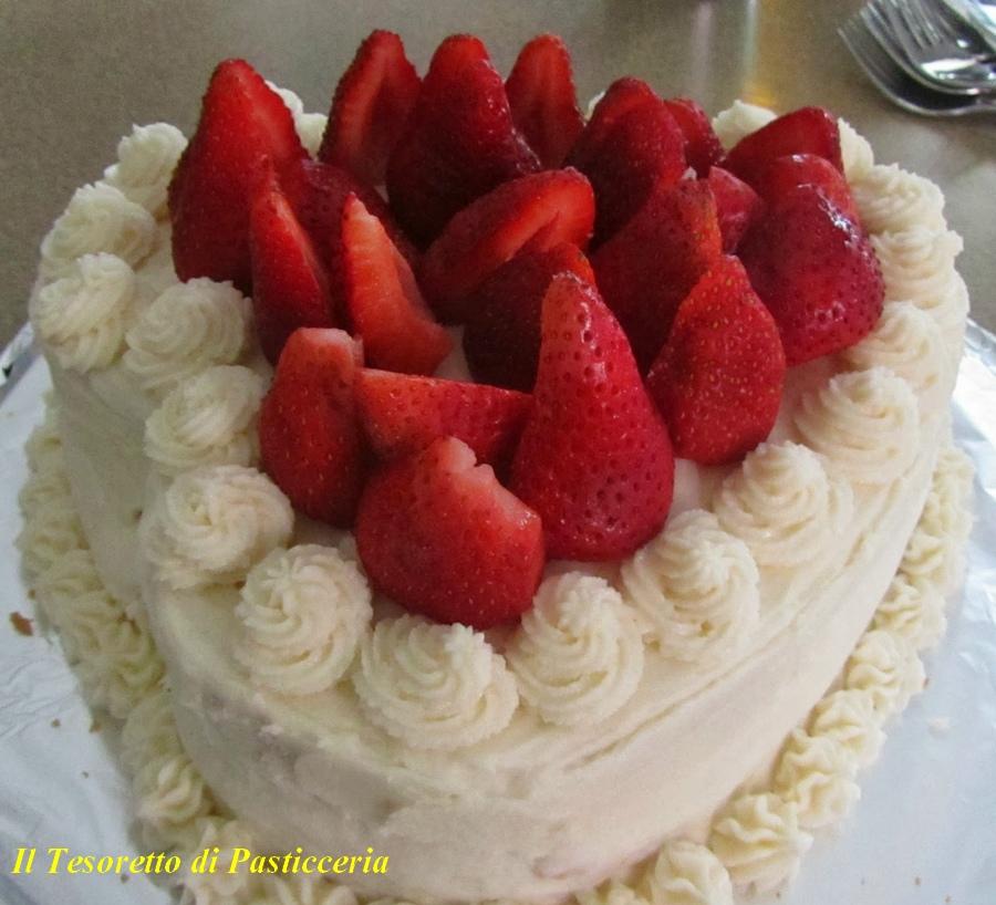 Torta San Valentino con panna e fragole