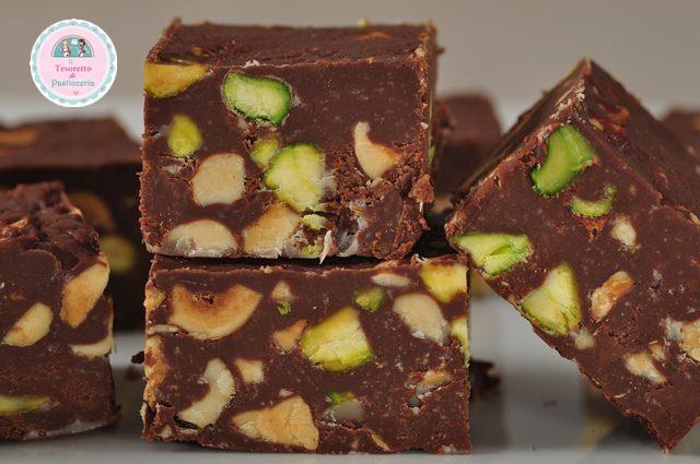 Quadrotti di cioccolato pistacchi e frutta candita