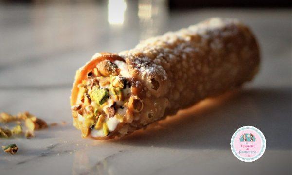 Cannoli siciliani alla ricotta e granella di pistacchi