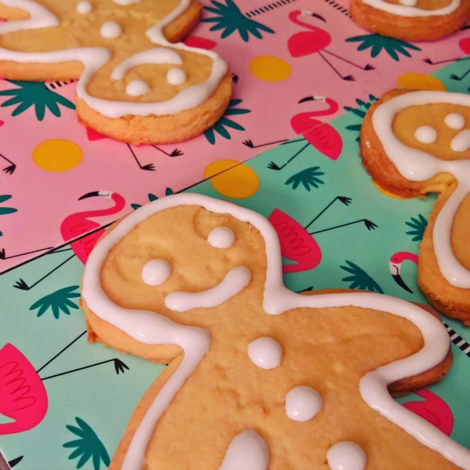 Biscotti di natale alle mandorle e glassa allo zucchero a velo