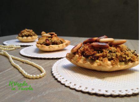 Tartellette vegane con verdure e pinoli