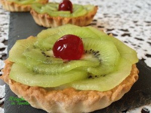 Tartellette vegane con crema pasticcera e kiwi
