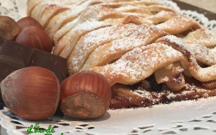 Strudel ripieno di pere, cioccolato e nocciole