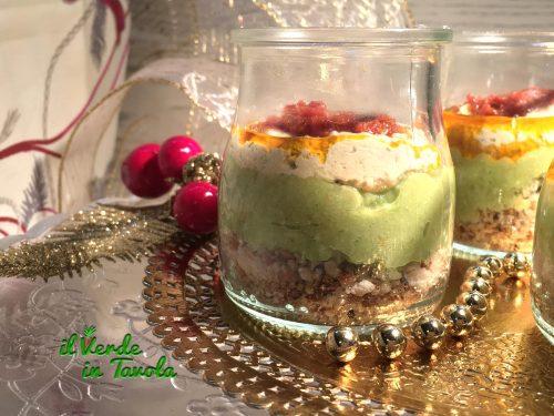 Aperitivo vegan in bicchiere con avocado e pesto rosso