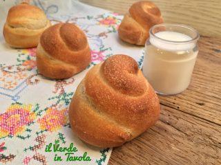 Chiocciole di pane al latte con pasta madre
