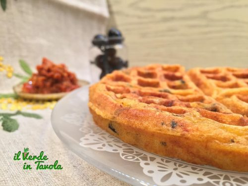 Waffle salati al pesto di pomodori e olive nere