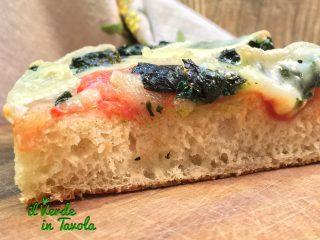Pizza altissima e croccante con spinaci e brie