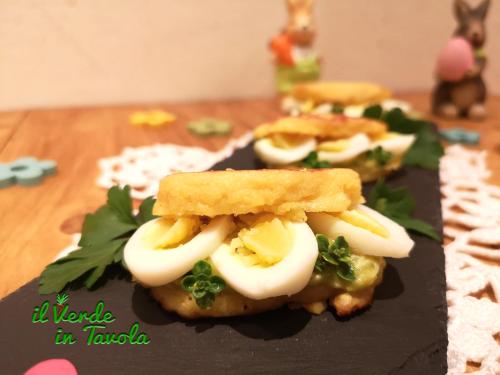 Mini pancakes di mais con crema di asparagi e uova di quaglia la ricetta
