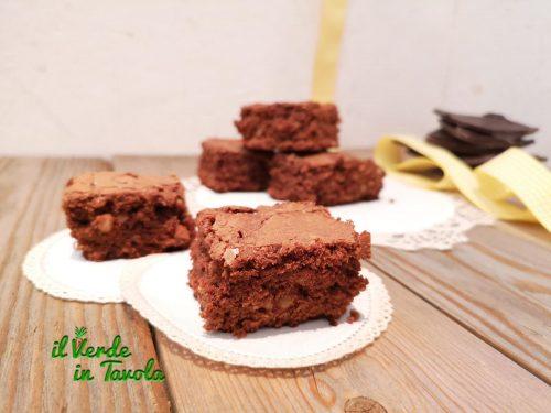 Brownies al cioccolato fondente con noci e scorza d'arancia