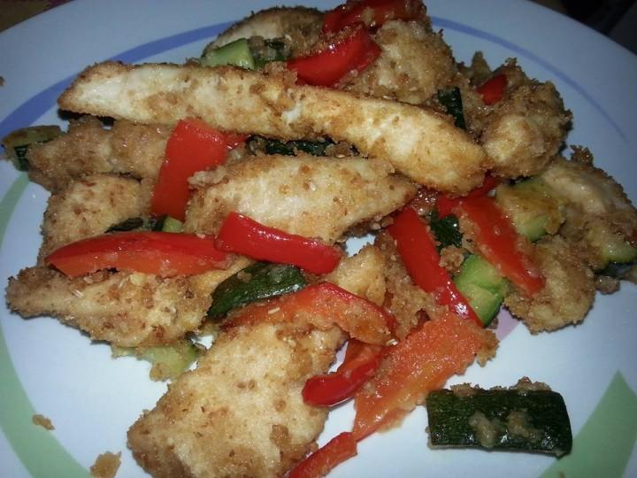 Straccetti di pollo con peperoni e zucchine
