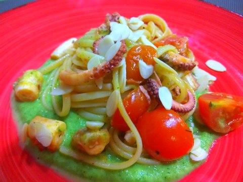 Spaghetti con polpo, pachino, mandorle e pesto di zucchine