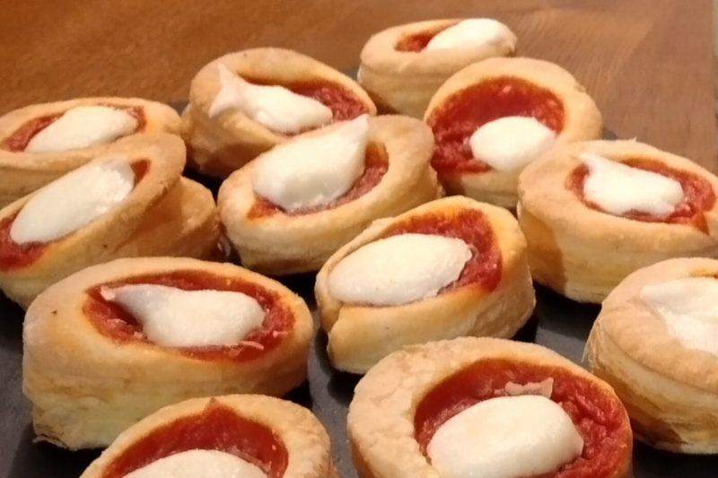 Pizzette margherita di pasta sfoglia