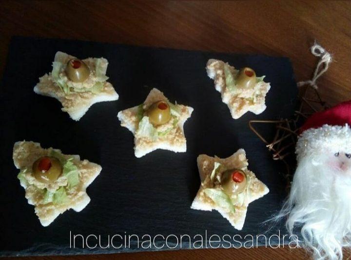 Tartine natalizie con patè di carciofini e tonno