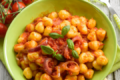 Gnocchi al pomodoro, cipolle di Tropea e basilico