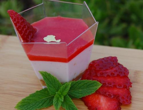 Bicchierini di Cheesecake con coulis di fragole
