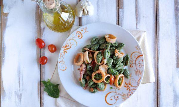 Gnocchi di spinaci con calamari e pomodori secchi