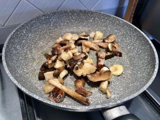funghi in padella in cucina con crio