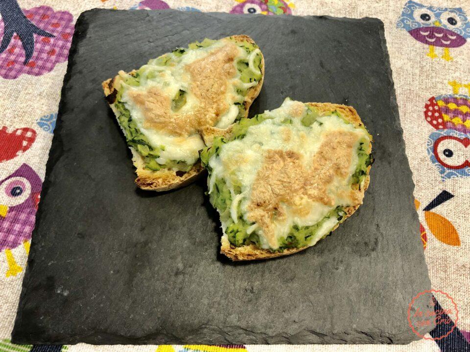 Crostini zucchine e mozzarella facili veloci