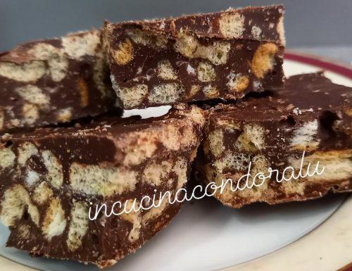 Quadrotti di cioccolato con cereali e biscotti