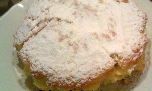 Torta farcita con crema e pezzetti di frutta