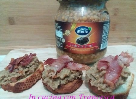 Crostini con crema di lenticchie e prosciutto croccante.
