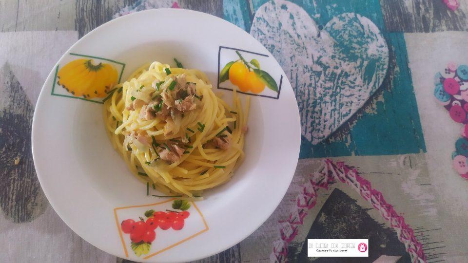 Spaghetti tonno, cipolla e erba cipollina