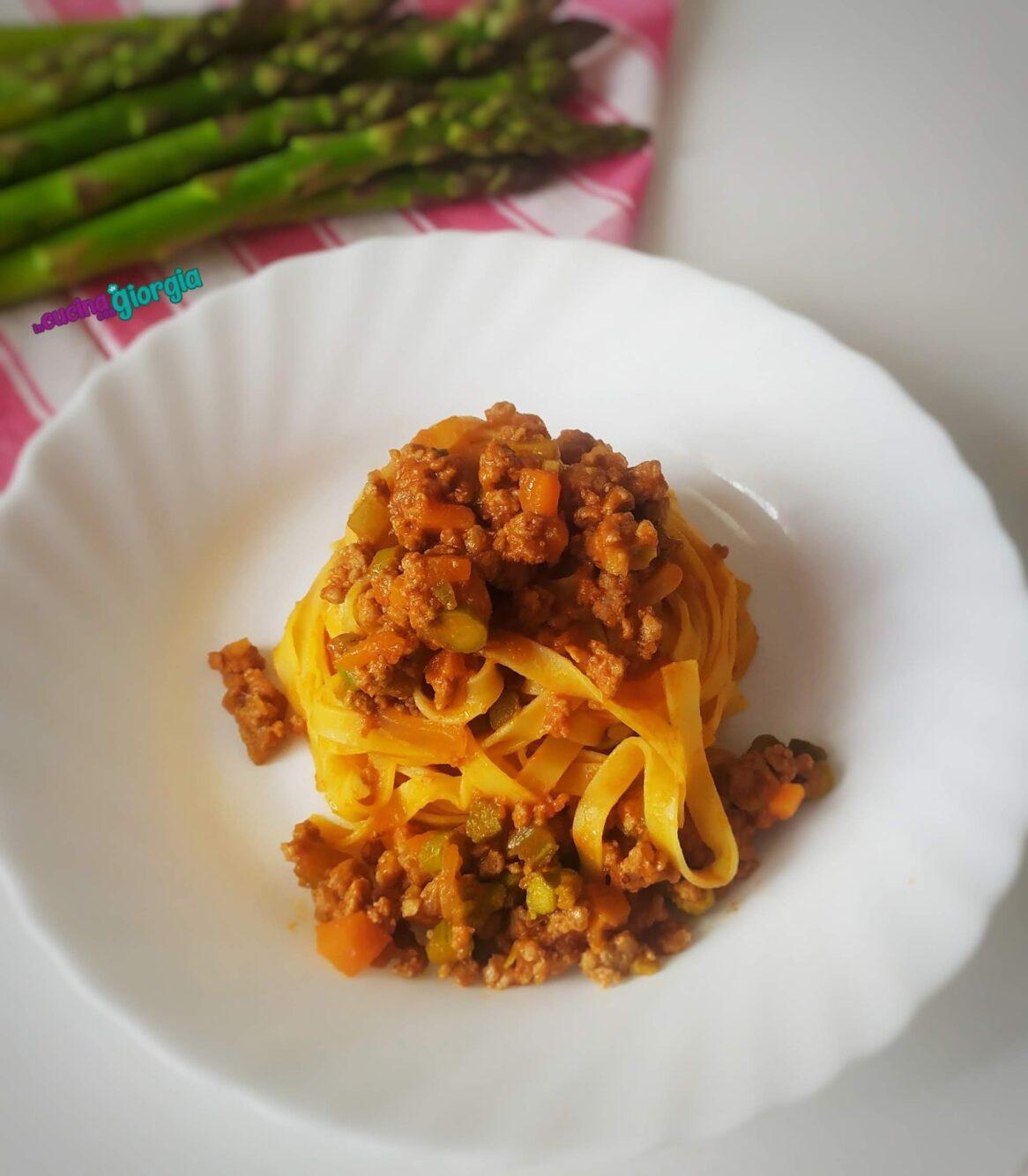 Tagliatelle con ragù di carne e asparagi