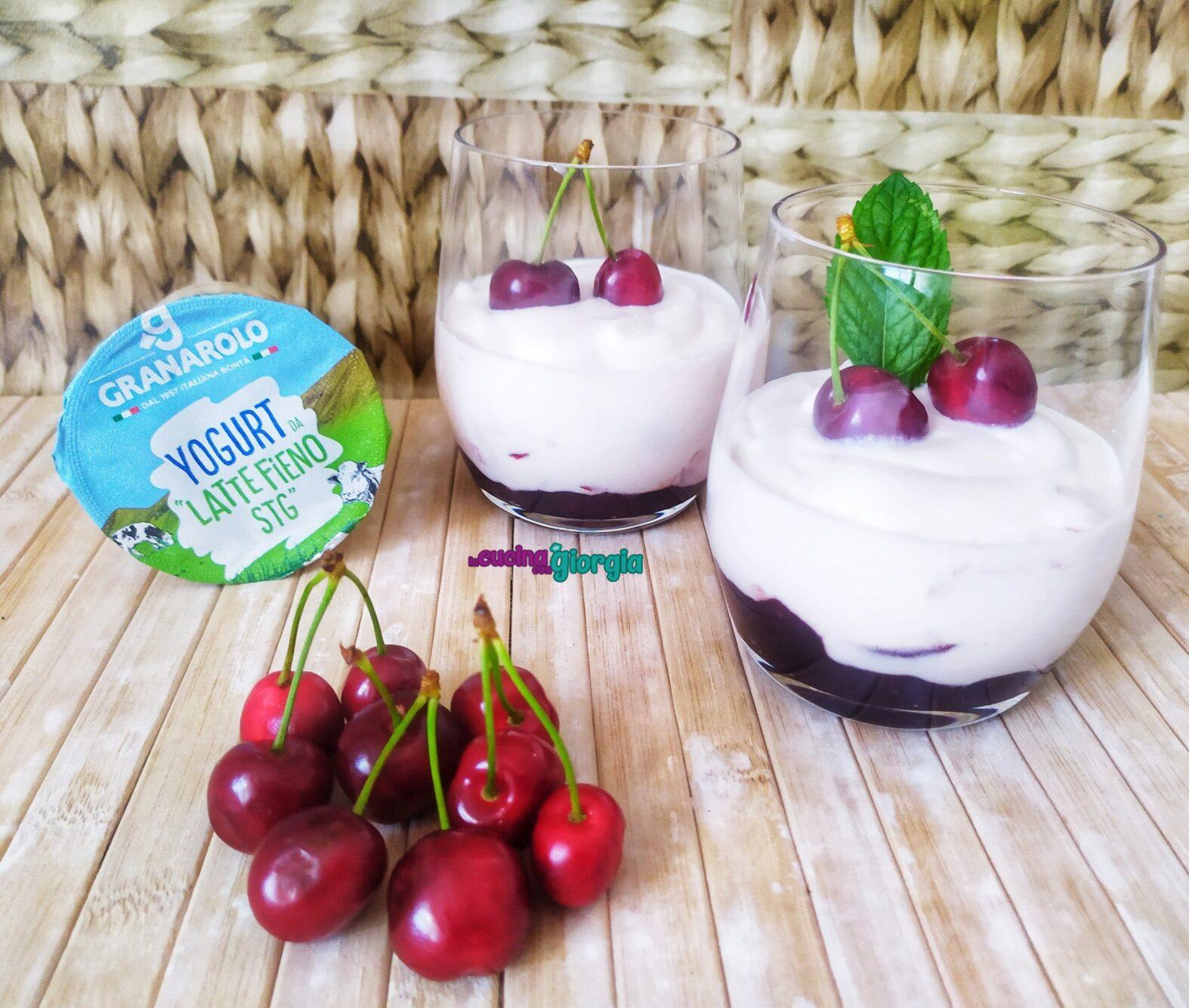 Bicchierini di yogurt e ciliegie