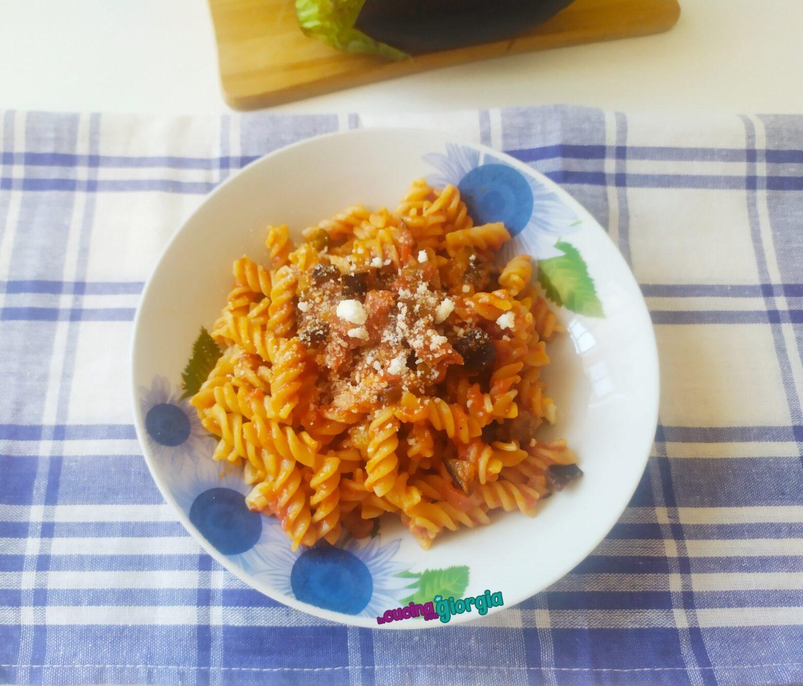 Pasta con melanzane, capperi e olive
