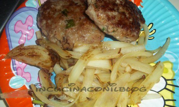 Hamburger con contorno di cipolle