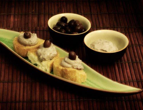 Crostini con mousse di tofu e olive all'aceto balsamico