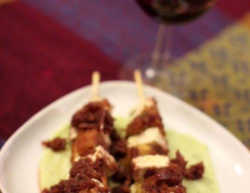Spiedini vegetariani brasati al vino rosso su purè alla menta