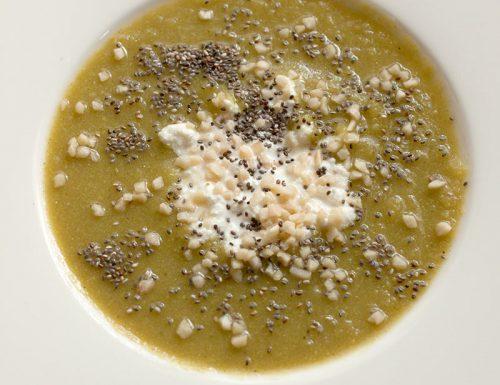 Vellutata di cavolfiore al curry con ricotta, mandorle e semi di chia #gluten-free