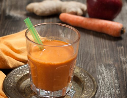 Centrifugato detox di mela, carota, limone e zenzero