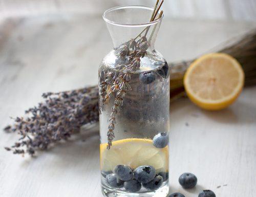 Acqua detox al mirtillo, limone e lavanda e cosa bere per reidratarsi in estate.