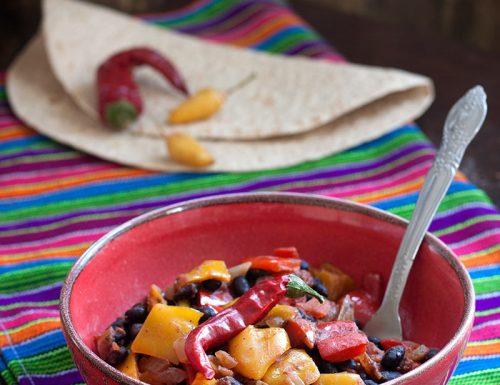 Chili vegetariano con fagioli neri e peperoni
