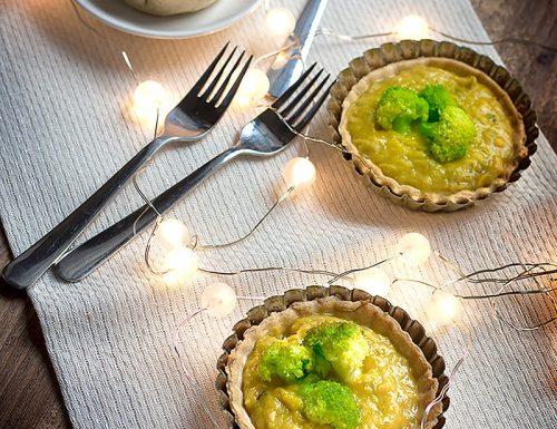 Tartelette con broccoli e crema di cannellini ai porri e zafferano
