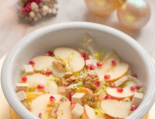 Insalata delle feste con mela, melagrana, clementine, noci e tofu affumicato