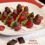 Spiedini di fragole con cappuccio di cioccolato