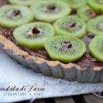 Crostata di farro al cioccolato e kiwi, senza burro né uova (vegan)