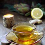 Tisana detox con foglie di carciofo, limone e zenzero