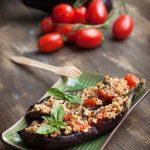 Melanzane ripiene con quinoa, pomodorini e sesamo, al profumo di basilico