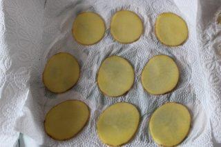 patatine tagliate e messe su carta scottex